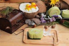 Πράσινοι ρόλοι κέικ που γεμίζουν με την καρύδα Στοκ εικόνα με δικαίωμα ελεύθερης χρήσης