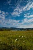 Πράσινοι τομέας, λίμνη και βουνά Στοκ Φωτογραφία