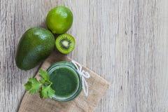 Πράσινοι χυμός και συστατικά Στοκ φωτογραφία με δικαίωμα ελεύθερης χρήσης