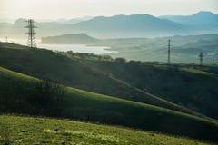 Πράσινοι λόφοι και καλώδια στην Κριμαία στοκ φωτογραφία