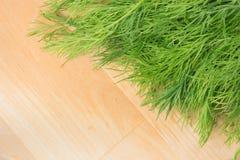 Πράσινος άνηθος στο ξύλινο υπόβαθρο whith copyscape στοκ εικόνα