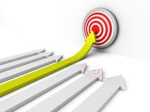 Πράσινος άνοδος επιτυχίας arow στο κέντρο του στόχου Ελεύθερη απεικόνιση δικαιώματος