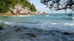 Πράσινος απότομος βράχος κοντά στην όμορφη θάλασσα Μεγαλοπρεπής μπλε θάλασσα που κυματίζει κοντά στον τραχύ πράσινο απότομο βράχο απόθεμα βίντεο