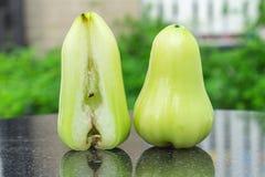 πράσινος αυξήθηκε μήλο στο μαύρο μάρμαρο υπαίθριος Κήπος ημέρα Στοκ Εικόνα