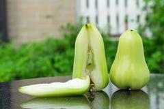 πράσινος αυξήθηκε μήλο στο μαύρο μάρμαρο υπαίθριος Κήπος ημέρα Στοκ Εικόνες