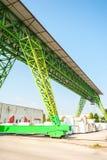 Πράσινος γερανός ατσάλινων σκελετών στην εργασία Στοκ Εικόνα