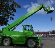 Πράσινος γερανός της Mobil με το βραχίονα, το γάντζο και τη σφεντόνα Στοκ φωτογραφία με δικαίωμα ελεύθερης χρήσης