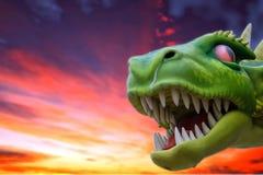 Πράσινος δράκος στον κόκκινο ουρανό Στοκ φωτογραφία με δικαίωμα ελεύθερης χρήσης