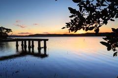 Πράσινος λιμενοβραχίονας σημείου στο ηλιοβασίλεμα Στοκ φωτογραφία με δικαίωμα ελεύθερης χρήσης