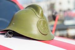 Πράσινος ιστορικός πυροσβέστης κρανών, στην κουκούλα της μηχανής Στοκ εικόνες με δικαίωμα ελεύθερης χρήσης