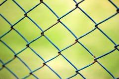 Πράσινος καθαρός φράκτης με τη σκουριά Στοκ Εικόνες