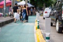 Πράσινος και άσπρος πόλος στον πράσινο δρόμο Στοκ Εικόνες
