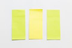 Πράσινος και κίτρινος μετα αυτό σημείωση εγγράφου για το άσπρο υπόβαθρο Στοκ Εικόνες