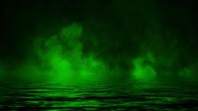 Πράσινος καπνός με την αντανάκλαση στο νερό Υπόβαθρο σύστασης ομίχλης μυστηρίου : ελεύθερη απεικόνιση δικαιώματος