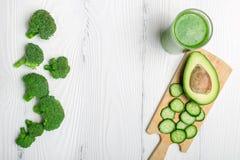 Πράσινος καταφερτζής από το μπρόκολο, το αβοκάντο και το αγγούρι με το ingredie Στοκ εικόνες με δικαίωμα ελεύθερης χρήσης