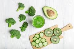 Πράσινος καταφερτζής από το μπρόκολο, το αβοκάντο, το ακτινίδιο και το αγγούρι Στοκ Εικόνες