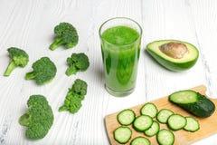 Πράσινος καταφερτζής από το μπρόκολο, το αβοκάντο, το ακτινίδιο και το αγγούρι Στοκ Φωτογραφία