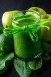Πράσινος καταφερτζής κοντά στα συστατικά για το στο μαύρο ξύλινο υπόβαθρο Apple, ασβέστης, σπανάκι detox Υγιές ποτό Στοκ Εικόνες