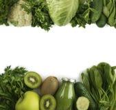 Πράσινος καταφερτζής με τα μήλα, μαϊντανός, σπανάκι, αγγούρι, ακτινίδιο, ασβέστιο Στοκ φωτογραφία με δικαίωμα ελεύθερης χρήσης