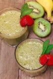 Πράσινος καταφερτζής με τα φρούτα και την μπανάνα ακτινίδιων Στοκ Εικόνες
