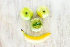 Πράσινος καταφερτζής με τη Apple και το πρόσωπο χαμόγελου μπανανών Στοκ εικόνα με δικαίωμα ελεύθερης χρήσης