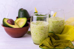 Πράσινος καταφερτζής με το αβοκάντο, το σπανάκι και το σέλινο τρόφιμα υγιή Στοκ Φωτογραφία