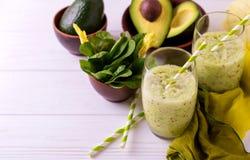 Πράσινος καταφερτζής με το αβοκάντο, το σπανάκι και το σέλινο τρόφιμα υγιή Στοκ φωτογραφίες με δικαίωμα ελεύθερης χρήσης