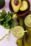 Πράσινος καταφερτζής με το αβοκάντο, το σπανάκι και το σέλινο τρόφιμα υγιή Στοκ φωτογραφία με δικαίωμα ελεύθερης χρήσης