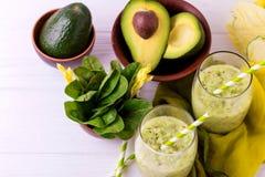 Πράσινος καταφερτζής με το αβοκάντο, το σπανάκι και το σέλινο τρόφιμα υγιή Στοκ Εικόνες