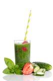 Πράσινος καταφερτζής με το αγγούρι, τη μέντα, τη φράουλα και το μαϊντανό Στοκ φωτογραφίες με δικαίωμα ελεύθερης χρήσης