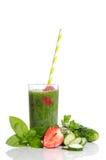 Πράσινος καταφερτζής με το αγγούρι, τη μέντα, τη φράουλα και το μαϊντανό Στοκ Φωτογραφίες