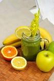 Πράσινος καταφερτζής μπανανών της Apple με το σέλινο Στοκ εικόνες με δικαίωμα ελεύθερης χρήσης