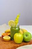 Πράσινος καταφερτζής μπανανών της Apple με το σέλινο Στοκ Εικόνες