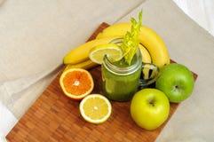 Πράσινος καταφερτζής μπανανών της Apple με το σέλινο Στοκ φωτογραφία με δικαίωμα ελεύθερης χρήσης