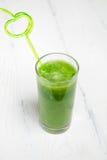 Πράσινος καταφερτζής σε ένα γυαλί με ένα άχυρο Υγιής έννοια Στοκ Φωτογραφίες