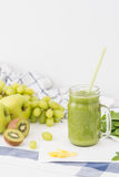 Πράσινος καταφερτζής στο βάζο γυαλιού φιαγμένο από μήλα, σέλινο, σταφύλια, σπανάκι και ακτινίδιο Στοκ Εικόνα
