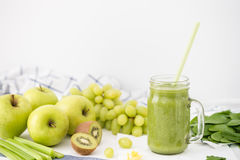 Πράσινος καταφερτζής στο βάζο γυαλιού φιαγμένο από μήλα, σέλινο, σταφύλια, σπανάκι και ακτινίδιο Στοκ Εικόνες