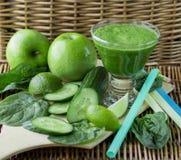 Πράσινος καταφερτζής του σπανακιού, της Apple, του αγγουριού και του ασβέστη Στοκ φωτογραφία με δικαίωμα ελεύθερης χρήσης