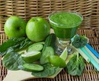 Πράσινος καταφερτζής του σπανακιού, της Apple, του αγγουριού και του ασβέστη Στοκ φωτογραφίες με δικαίωμα ελεύθερης χρήσης