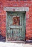 πράσινος κόκκινος τοίχος πορτών Στοκ Φωτογραφίες