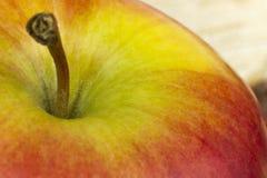Πράσινος κόκκινος φρέσκος φυσικός juicy κοντινός λεπτός καθαρός της Apple στο ξύλινο υπόβαθρο Στοκ εικόνες με δικαίωμα ελεύθερης χρήσης