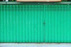 πράσινος μεταλλικός πορτών Στοκ Εικόνες