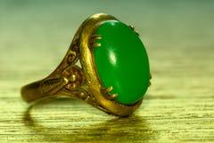 Πράσινος νεφρίτης και χρυσό δαχτυλίδι Στοκ εικόνα με δικαίωμα ελεύθερης χρήσης