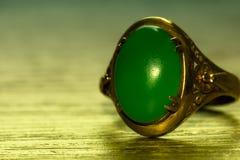 Πράσινος νεφρίτης και χρυσό δαχτυλίδι Στοκ Φωτογραφία