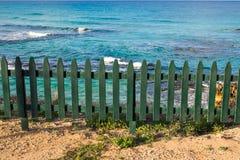 Πράσινος ξύλινος φράκτης στην παραλία Στοκ Φωτογραφίες