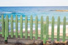 Πράσινος ξύλινος φράκτης στην παραλία Στοκ εικόνα με δικαίωμα ελεύθερης χρήσης