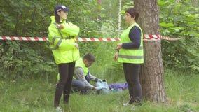 Πράσινος οι αστυνομικοί πίσω από μια ταινία, δολοφονία στο πάρκο απόθεμα βίντεο