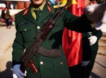Πράσινος ομοιόμορφος στρατιωτικού με τη μακροχρόνια πορεία όπλων τουφεκιών Στοκ φωτογραφία με δικαίωμα ελεύθερης χρήσης