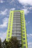 Πράσινος ουρανοξύστης ενάντια των σύννεφων Στοκ φωτογραφίες με δικαίωμα ελεύθερης χρήσης
