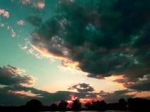 Πράσινος ουρανός, σύννεφα με το φως του ήλιου στοκ εικόνα
